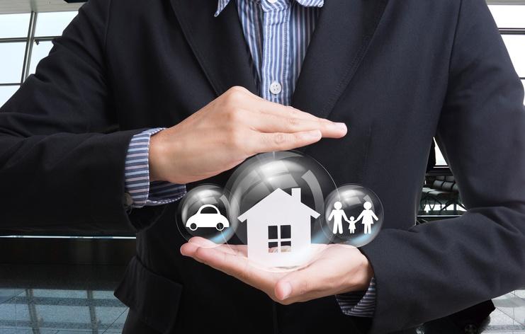 business-salesman-hand-holding-home,-car,-family-599709308_743x473.jpeg
